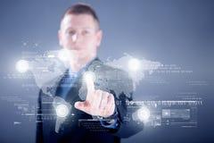 Geschäftsmann, der mit digitalem virtuellem Schirm, Geschäft concep arbeitet Lizenzfreie Stockbilder