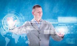 Geschäftsmann, der mit digitalem virtuellem Schirm, Geschäft concep arbeitet Lizenzfreie Stockfotos