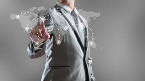 Geschäftsmann, der mit Globalisierungskonzept woking ist Lizenzfreies Stockfoto