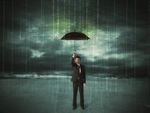Geschäftsmann, der mit Regenschirmdatenschutzkonzept steht Stockfotografie
