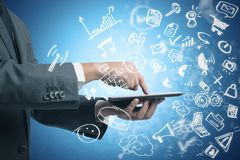 Geschäftsmann, der mit Tablette und Social Media arbeitet Stockfoto