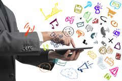 Geschäftsmann, der mit Tablette und Sozialmedien arbeitet Lizenzfreies Stockbild