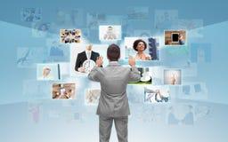 Geschäftsmann, der mit virtuellem Schirm arbeitet Lizenzfreie Stockbilder