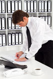 Geschäftsmann, der Papier sortiert Lizenzfreie Stockfotos