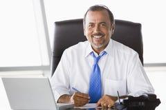 Geschäftsmann, der am Schreibtisch arbeitet Stockbilder