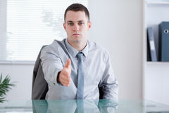 Geschäftsmann, der sein Vermittlung parnter grüßt Stockfotos