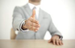 Geschäftsmann, der seine Hand ausdehnt Stockbild