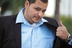 Geschäftsmann, der seine Jacke löscht Stockbild