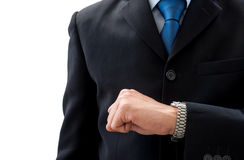 Geschäftsmann, der seine Uhr schaut, um Zeit zu überprüfen Lizenzfreie Stockfotos