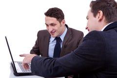 Geschäftsmann, der seinem Partner etwas zeigt Stockfotos