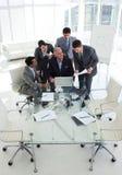 Geschäftsmann, der seinem Senior Manager Dokument zeigt Lizenzfreie Stockfotografie