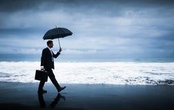 Geschäftsmann, der Sturm gegenüberstellt Stockfotos