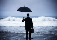 Geschäftsmann, der Sturmkrisenkonzept gegenüberstellt Stockfotos