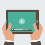Geschäftsmann, der Tablet-Computer mit Video pl hält Lizenzfreie Stockfotografie
