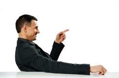 Geschäftsmann, der am Tisch a sitzt Lizenzfreie Stockfotos