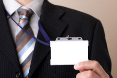 Geschäftsmann, der unbelegtes Identifikation-Abzeichen anhält Stockfotos