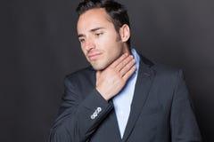 Geschäftsmann, der unter Kehlproblemen leidet Stockbilder