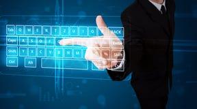 Geschäftsmann, der virtuelle Art der Tastatur bedrängt Lizenzfreies Stockfoto