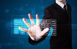 Geschäftsmann, der virtuellen Typen der Tastatur bedrängt Lizenzfreies Stockfoto