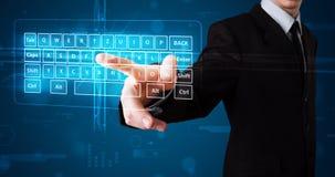 Geschäftsmann, der virtuellen Typen der Tastatur bedrängt Lizenzfreie Stockfotos