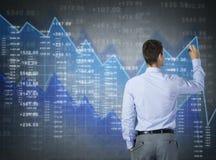 Geschäftsmann, der virtuelles Diagramm, Finanzgeschäft zeichnet Stockbild
