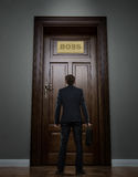 Geschäftsmann, der vor der enormen Tür steht Lizenzfreie Stockbilder