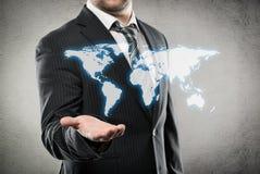 Geschäftsmann, der Weltkarte zeigt Stockfoto