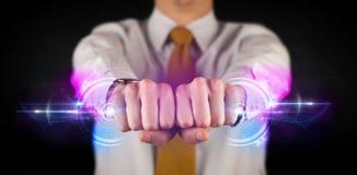 Geschäftsmann, der zukünftiges Technologiedatensystemnetzwerk hält Lizenzfreie Stockfotos