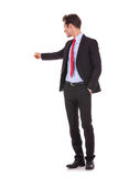 Geschäftsmann, der zurück auf seinen zeigt Stockfotos