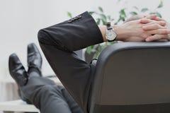Geschäftsmann am Ende der Arbeit Lizenzfreie Stockfotografie