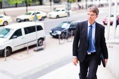Geschäftsmann-In Frankfurt-Hauptleitung Stockbilder