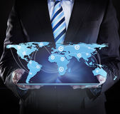 Geschäftsmann Holding Digital Tablet mit verbundener Weltkarte Stockbilder