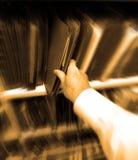 Geschäftsmann Holding Files im Büro Lizenzfreie Stockfotos