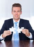 Geschäftsmann Holding Jigsaw Puzzle Lizenzfreie Stockbilder