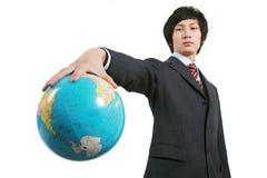 Geschäftsmann-Holdingerde mit weißem Hintergrund Lizenzfreie Stockfotografie