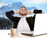 Geschäftsmann im Büro denkend und von den Winterferien träumend Stockfotos