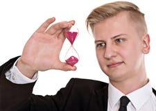 Geschäftsmann im schwarzen Anzug mit Sanduhr Lizenzfreie Stockfotos