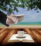 Geschäftsmann investieren in der Bildung für machen Café Lizenzfreie Stockfotos