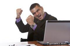 Geschäftsmann jubelt im Büro zu Stockfoto