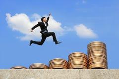 Geschäftsmann laufen gelassen auf Geld Stockbilder