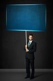 Geschäftsmann mit blauem Brett Stockfotografie