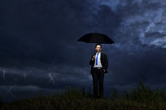 Geschäftsmann mit Gewitter Stockfoto