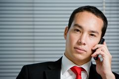 Geschäftsmann mit mobilem HandHandy Stockfoto