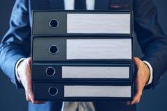 Geschäftsmann mit Unternehmensdateien in der Mappe mit vier Dokumenten Lizenzfreies Stockfoto