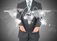 Geschäftsmann mit Weltkarte in den Händen Stockfotos
