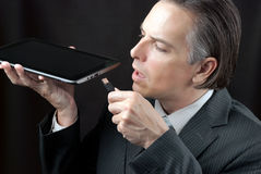 Geschäftsmann Plugs In Tablet Lizenzfreie Stockfotos
