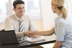Geschäftsmann-Shaking Hands With-Kollege während der Sitzung in Offic Lizenzfreies Stockfoto