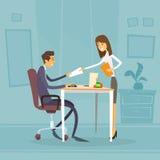 Geschäftsmann-Sitting Office Desk-Geschäftsfrau Stockfotos