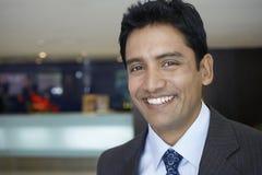 Geschäftsmann-Smiling In Hotel-Lobby Lizenzfreies Stockfoto