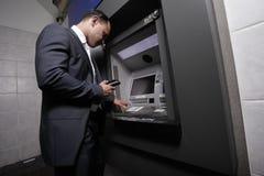 Geschäftsmann und eine ATM-Maschine Stockbild